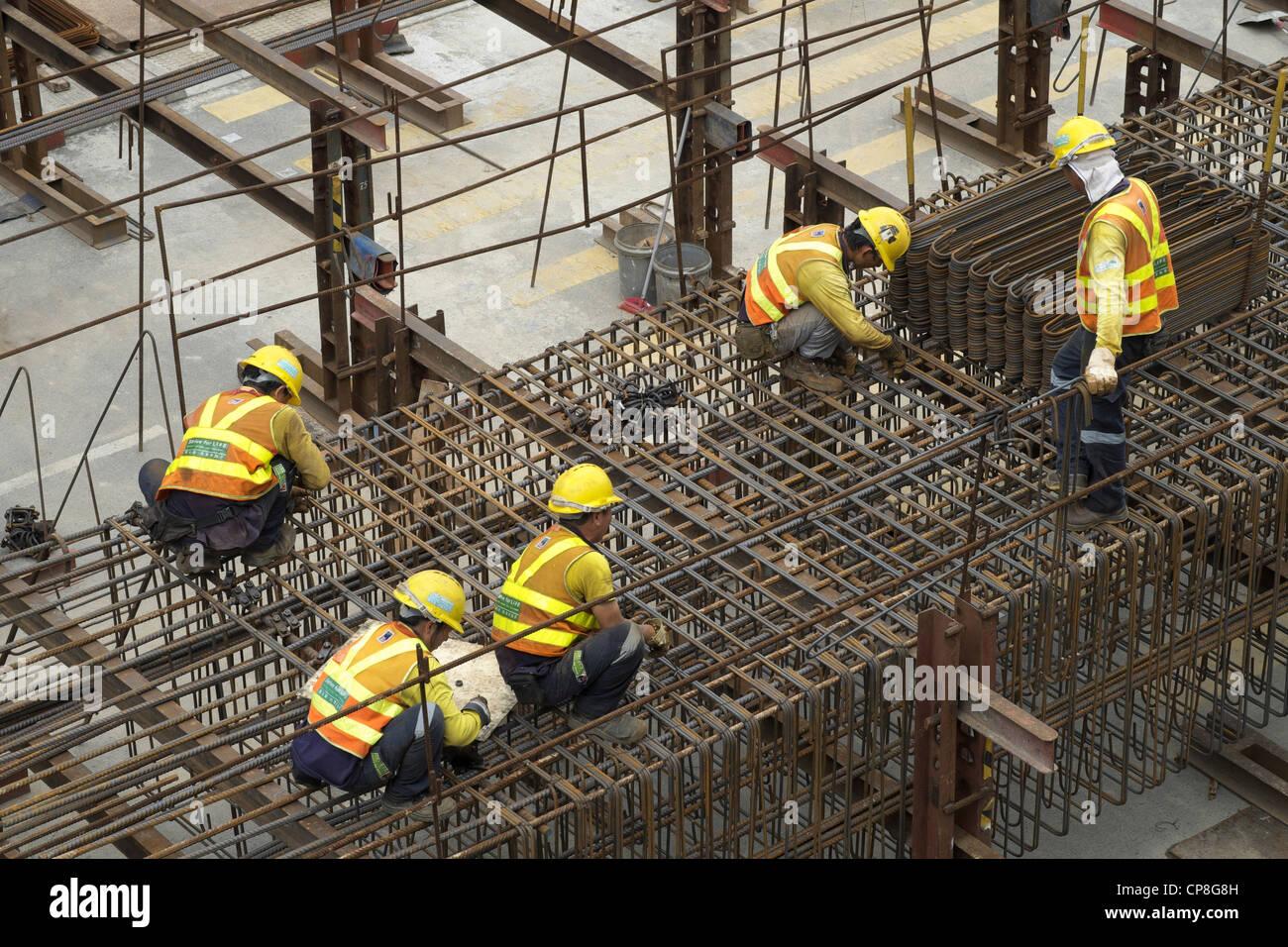 Stahl-Fixierer arbeitet auf Baustelle im zentralen Bezirk von Hong Kong Stockbild
