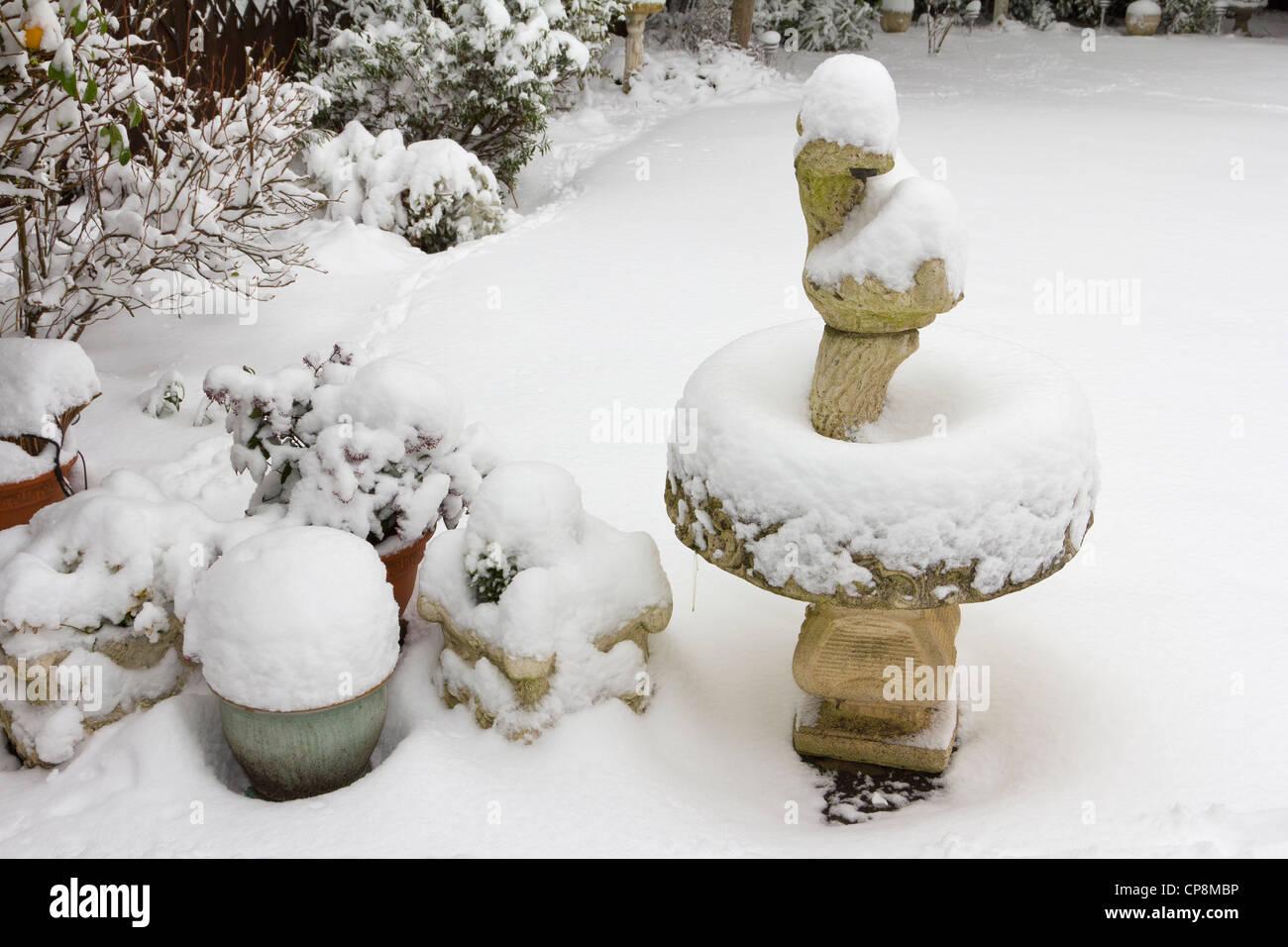 Snow Bird Bath Stockfotos & Snow Bird Bath Bilder - Alamy