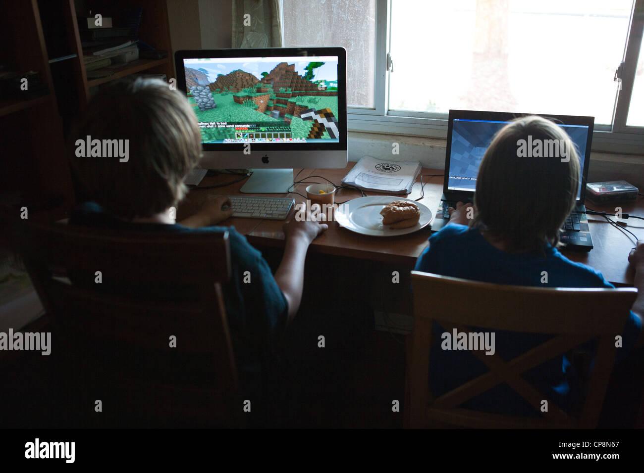 Zwei Jungs Spielen Das VideoSpiel Minecraft Zu Hause Am Computer - Minecraft spielen video