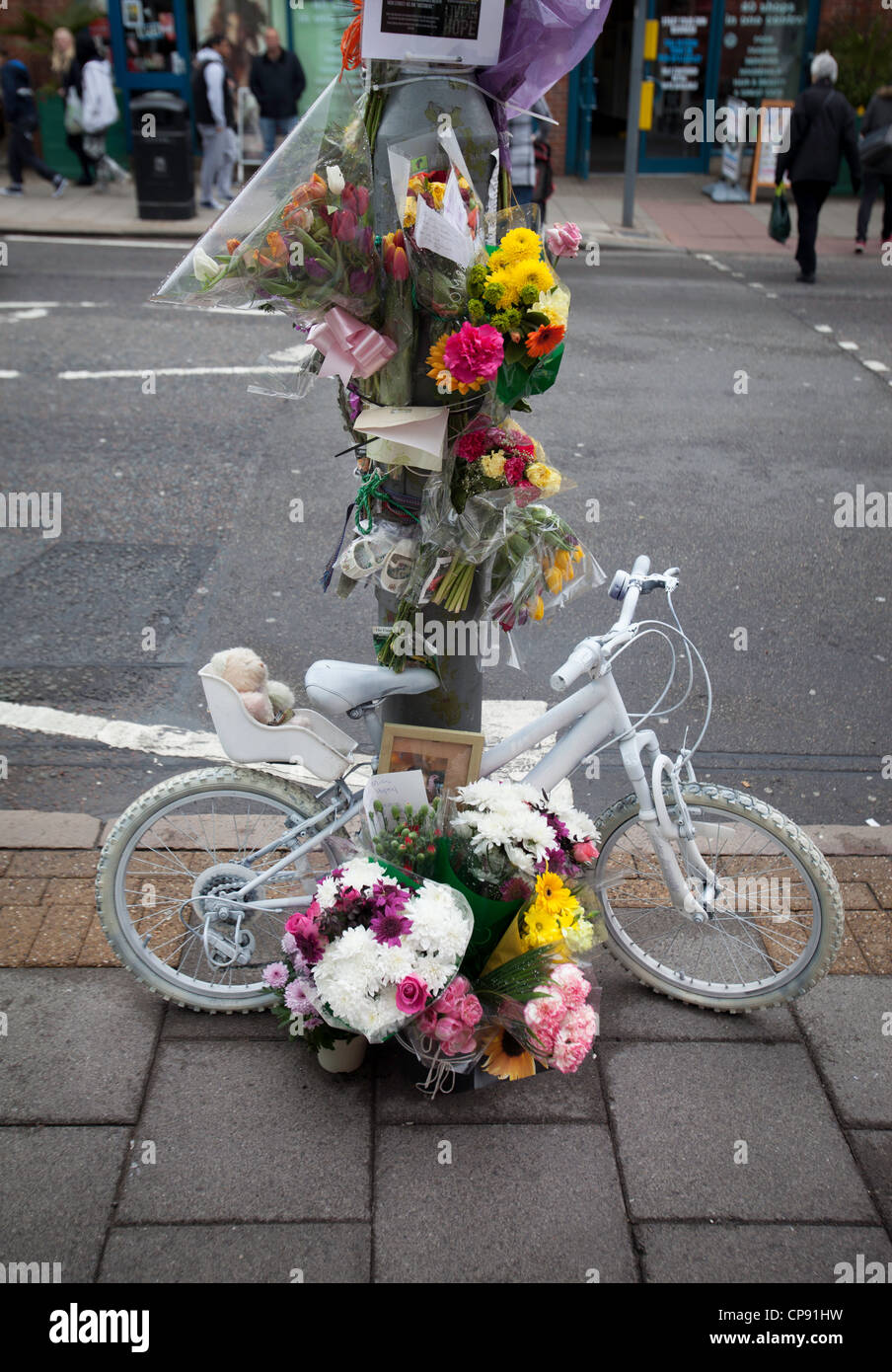 Eine am Straßenrand Hommage an ein Verkehrsopfer in Birmingham, UK Stockbild
