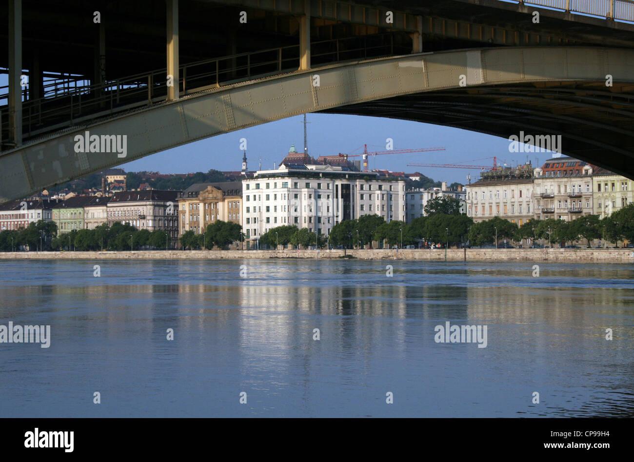 Margaret Brücke mit dem Block des Außenministeriums Stockbild