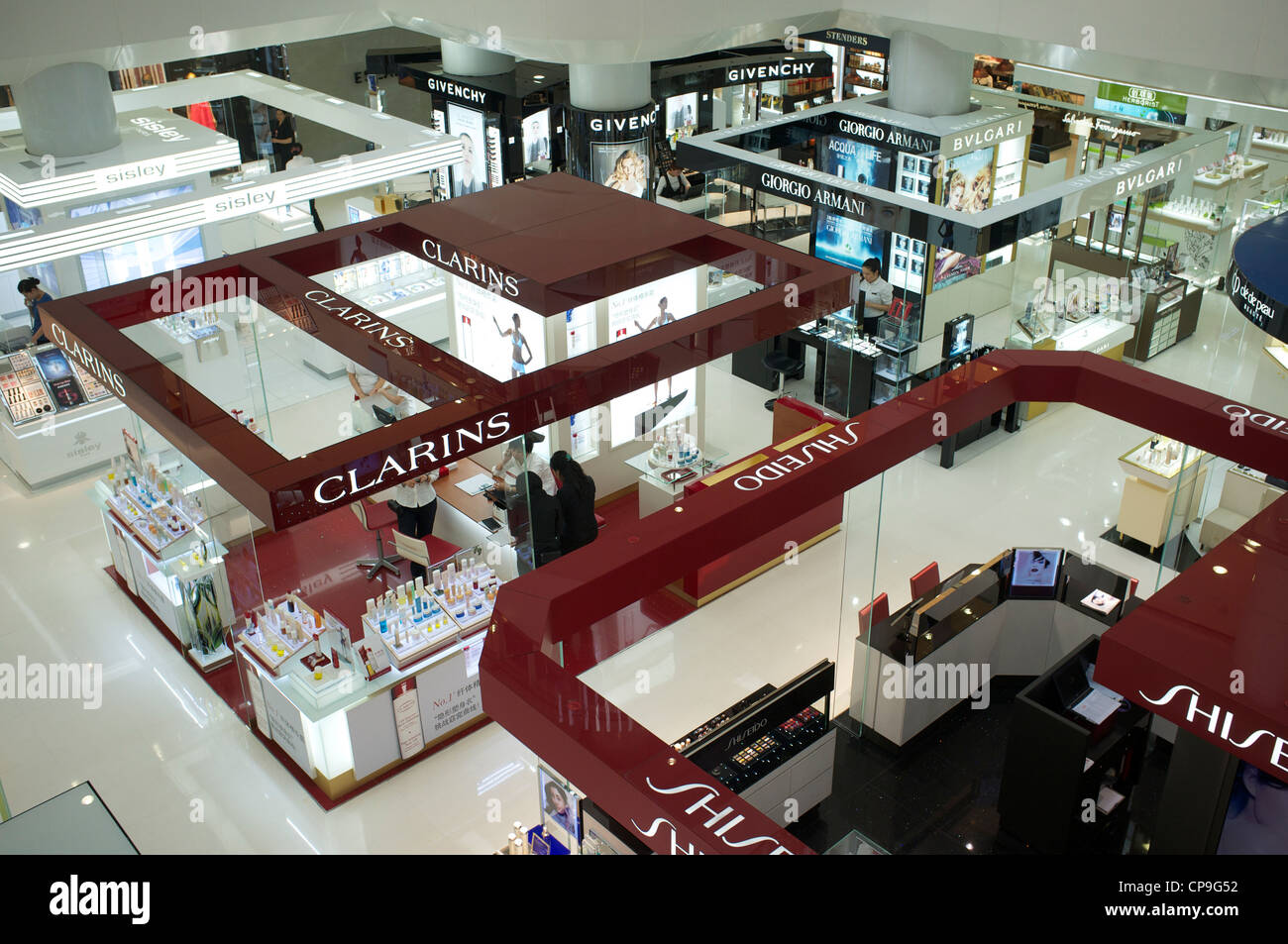 Kosmetik-Abschnitt im Freundschaft Department Store, die erste High-End-Luxus-Kaufhaus in Tianjin, China. 7. Mai Stockbild