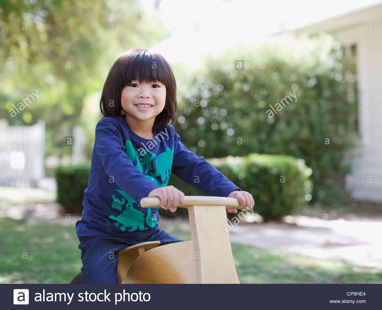 4-5 Jahre, aktiv, Asiate, Hinterhof, junge, Jungs, Kalifornien, Freizeitkleidung, Kindheit, Farbbild, Tag, elementare Stockbild