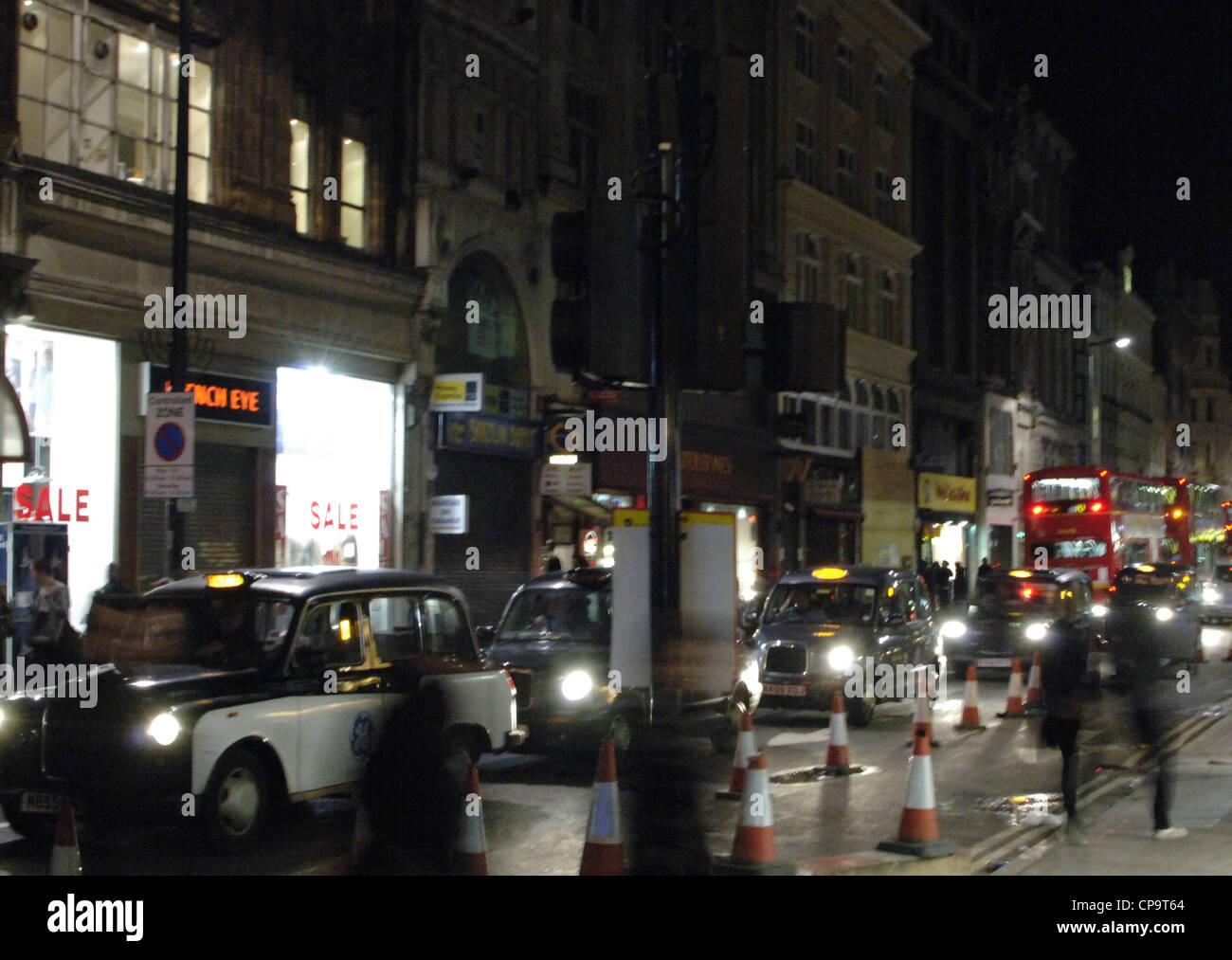 England. London. Nächtliche Szene in Totenham Court Road. Stockbild