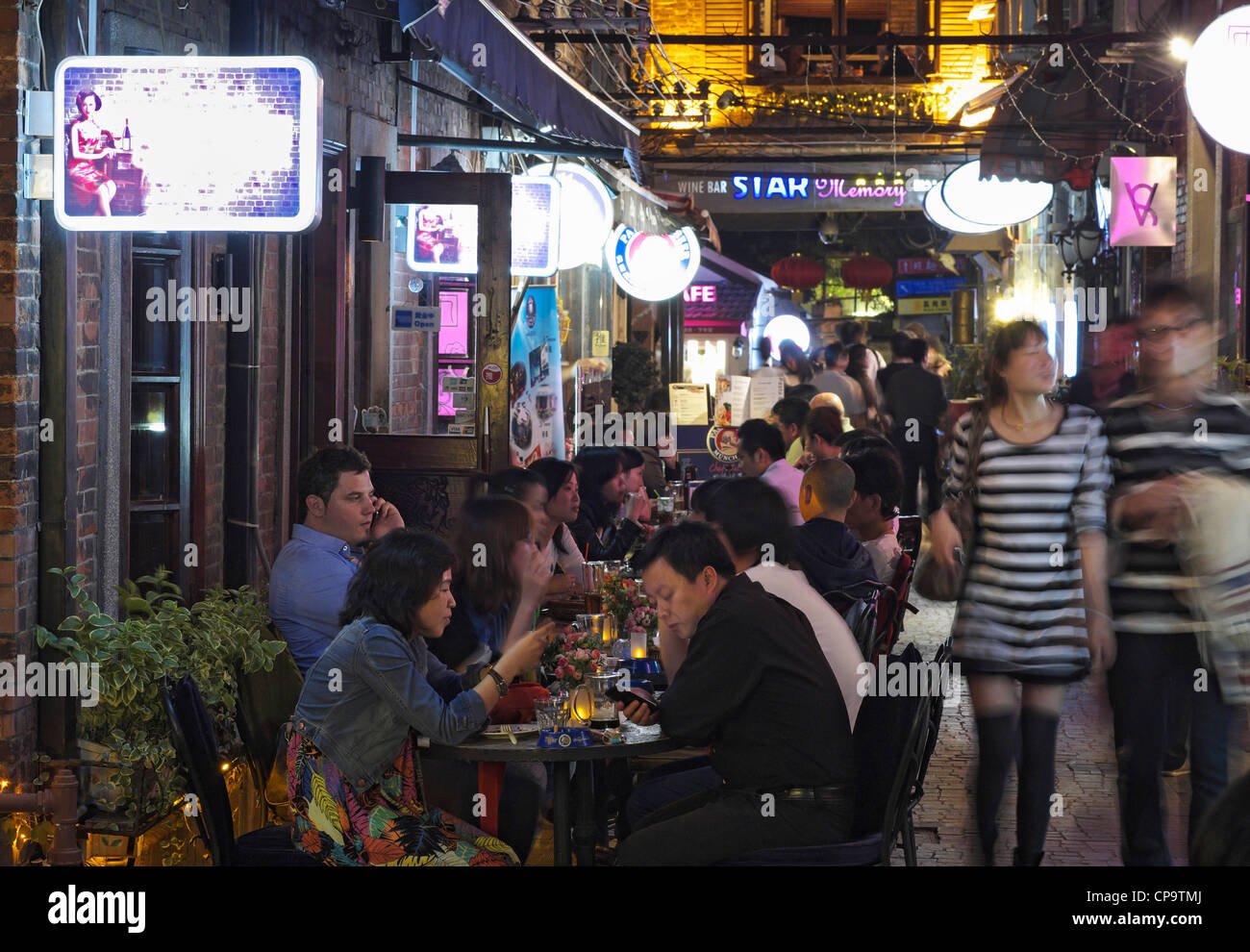 Nacht in Tianzifang Unterhaltungs- und Einkaufsviertel an der Taikang Road in Shanghai China Stockbild
