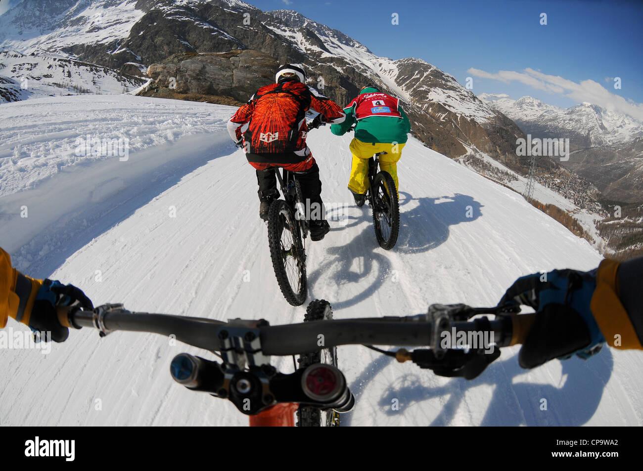 ein mountainbiker f hrt bergab h gel auf schnee mit einer on board kamera nach zwei weitere. Black Bedroom Furniture Sets. Home Design Ideas