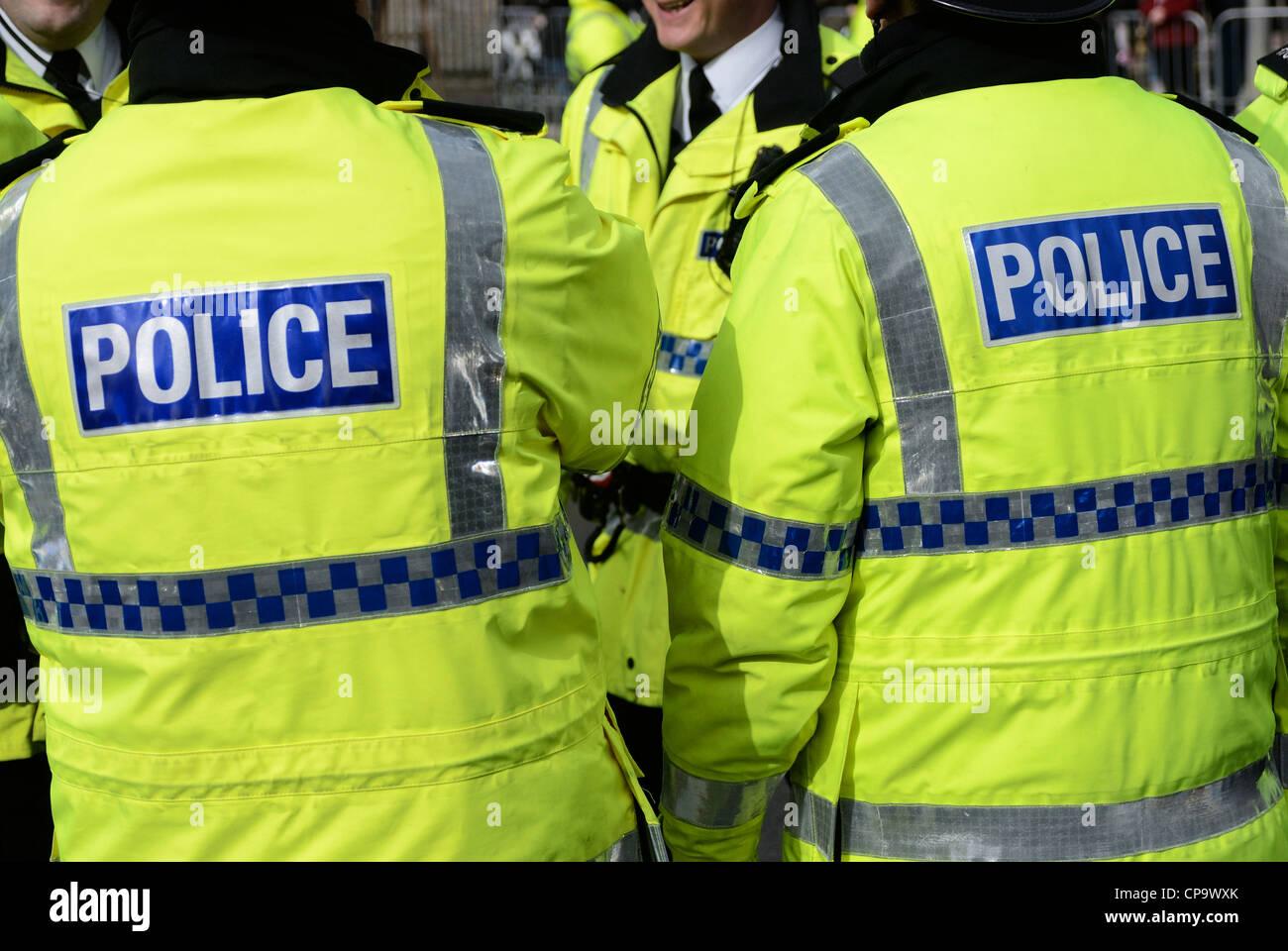 Die Polizei in fluoreszierenden gelben Jacken. Stockfoto