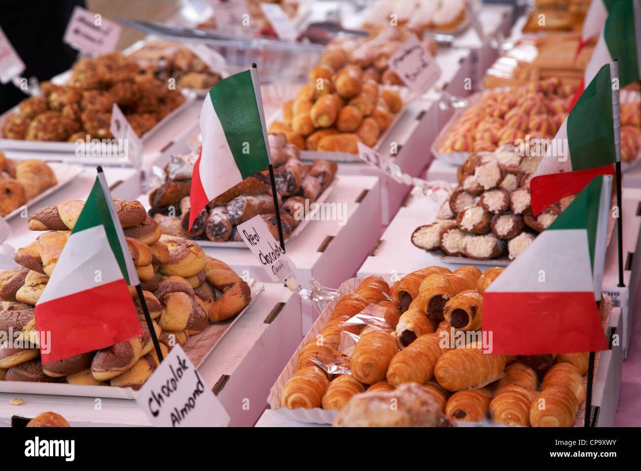 verschiedene italienische Cannoli Desserts und Gebäck zum Verkauf an eine italienische Lebensmittel-Markt in Stockbild