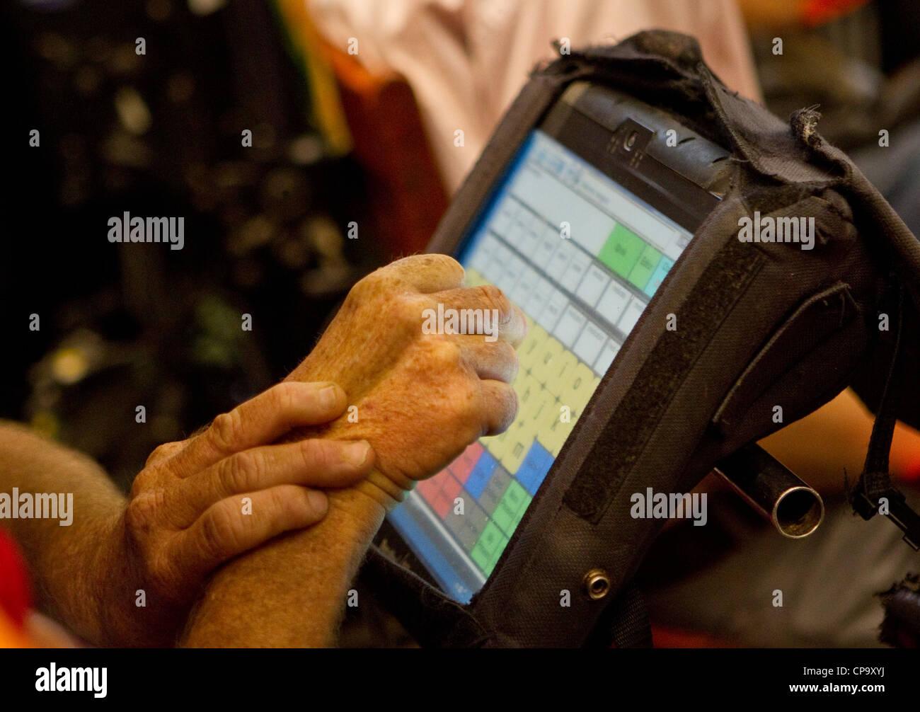 Körperlich behinderte Menschen verwendet spezielle Computer-Tastatur auf seinem Rollstuhl zu kommunizieren Stockfoto