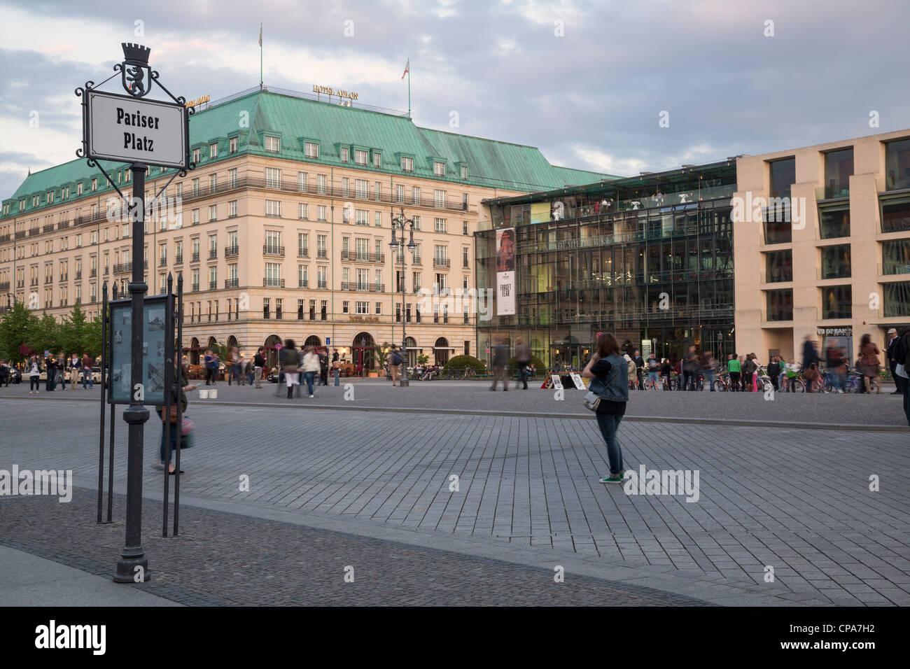 Pariser Platz mit Hotel Adlon und Akademie der Kunste, Berlin, Deutschland Stockfoto