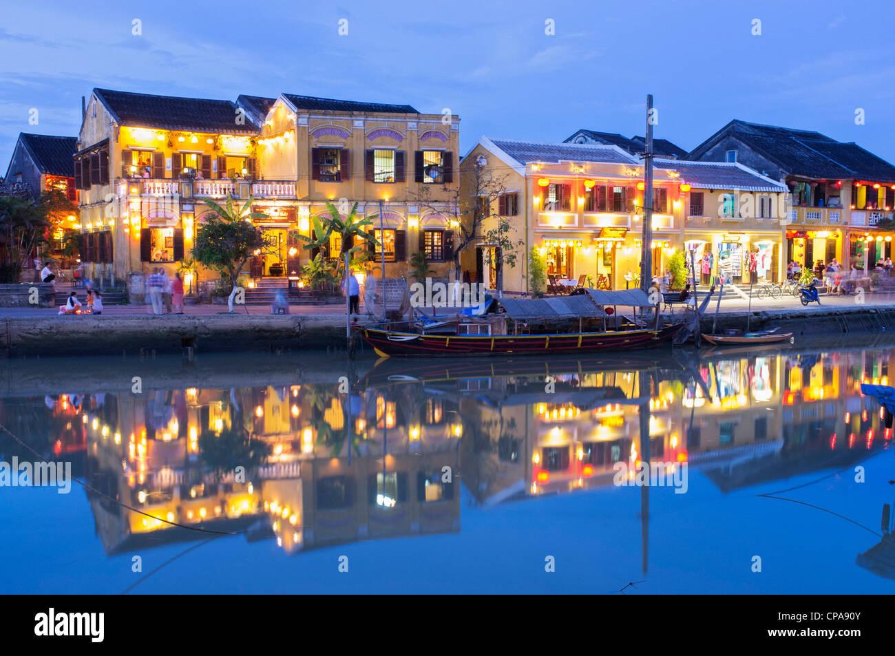 Abenddämmerung Blick auf UNESCO Welt Kulturerbe Stadt von Hoian in Vietnam Stockbild
