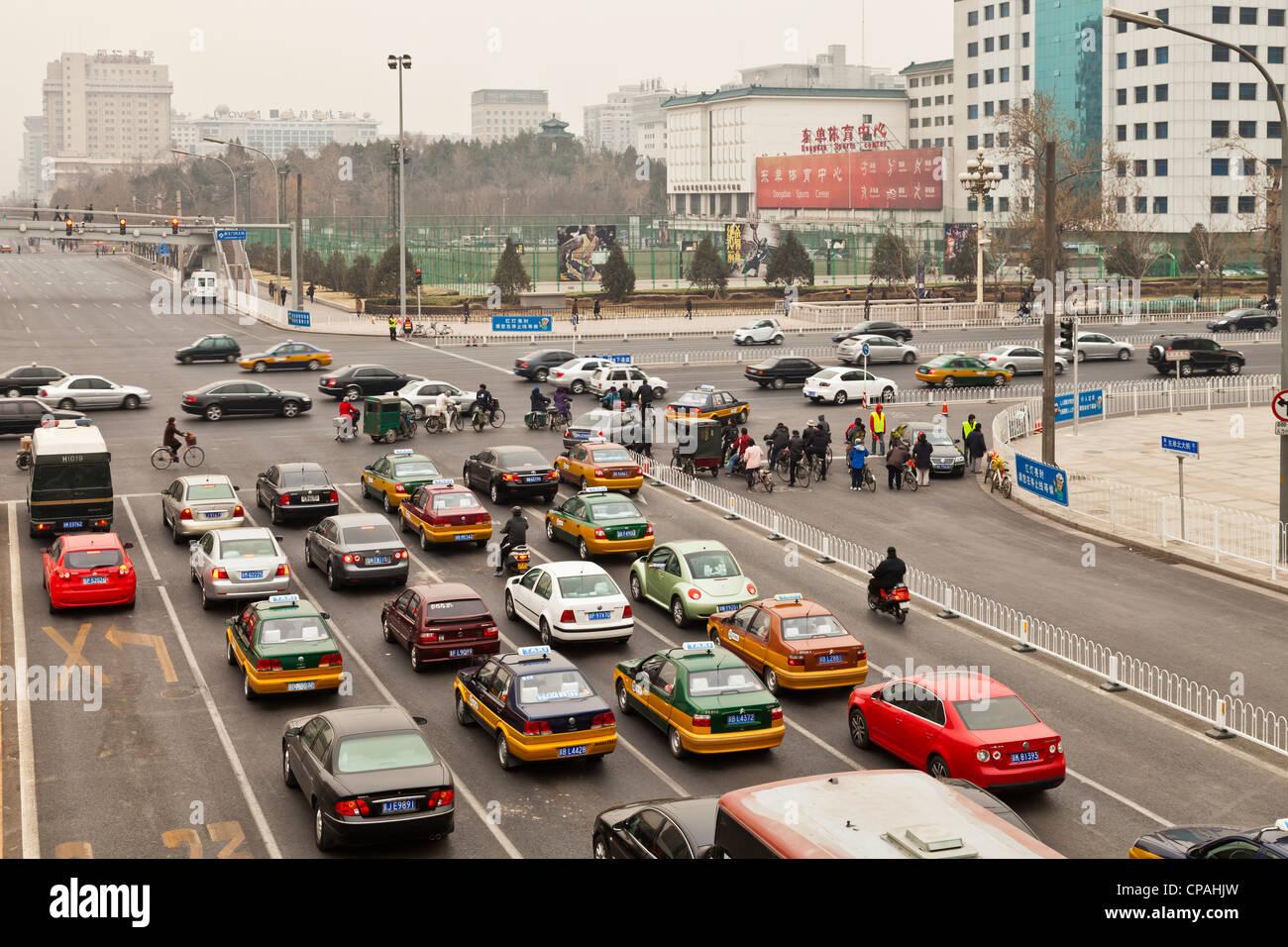 Morgendlichen Berufsverkehr in Peking, China, mit Autos, Fahrräder und die Umweltverschmutzung, für die Stockbild