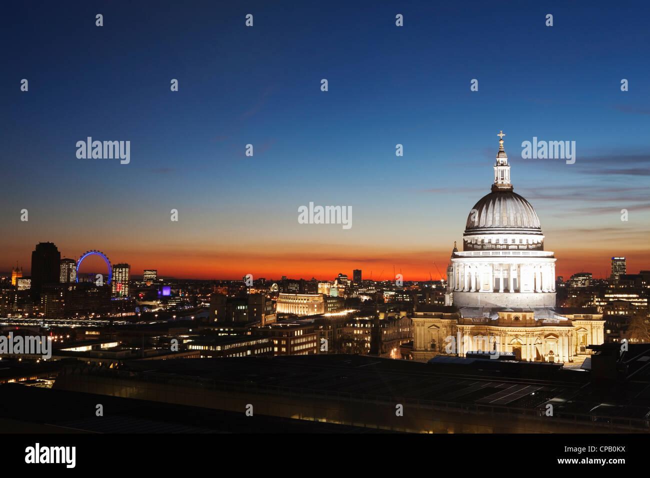 St. Pauls Cathedral und London Stadt in der Dämmerung: London: England Stockbild