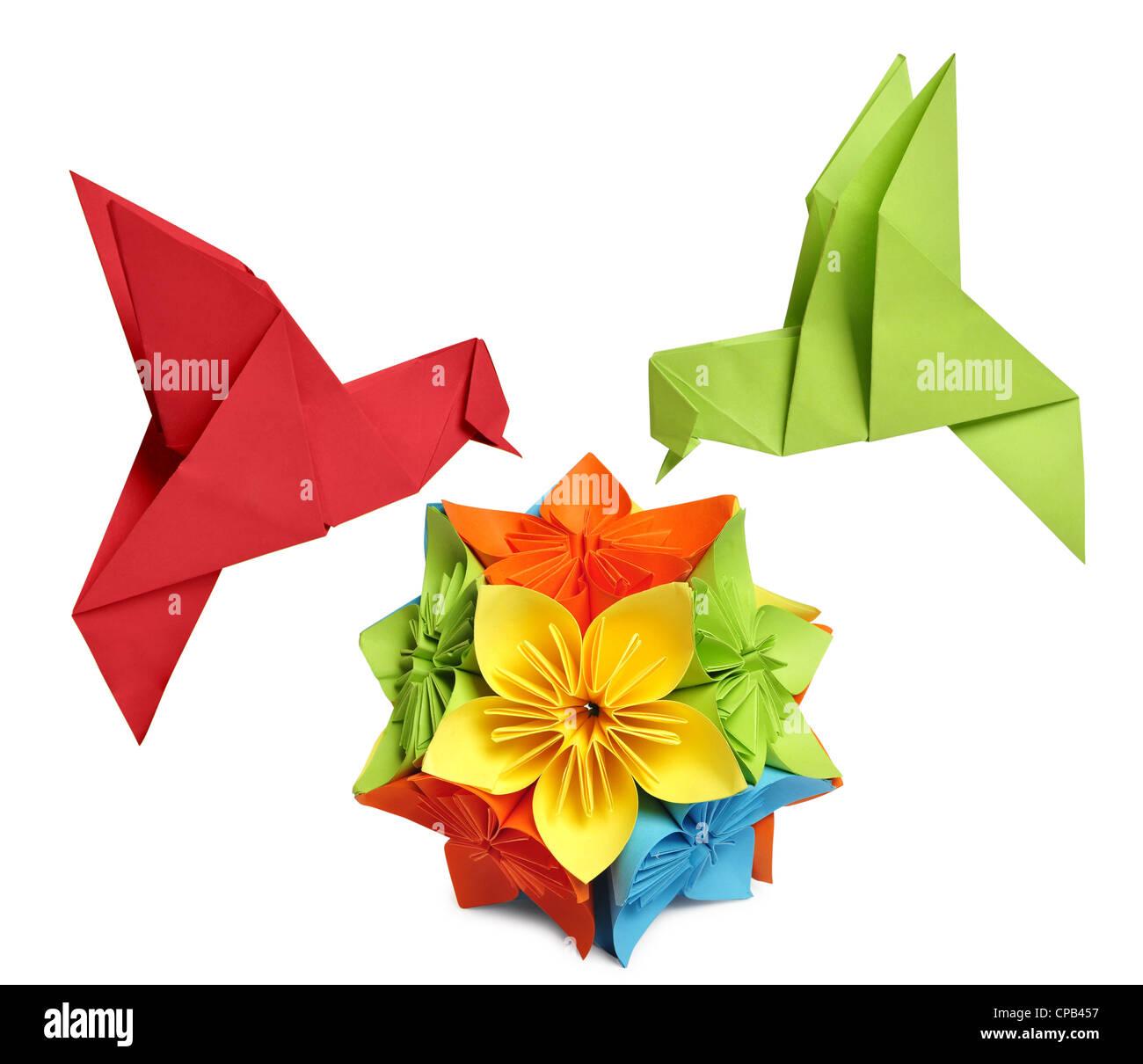 Origami Kolibri über Blume Kusudama auf weißem Hintergrund Stockbild