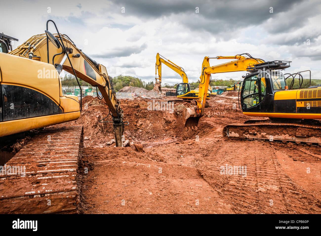 Erdbewegung auf einer Baustelle. Graben ein Loch. Stockbild