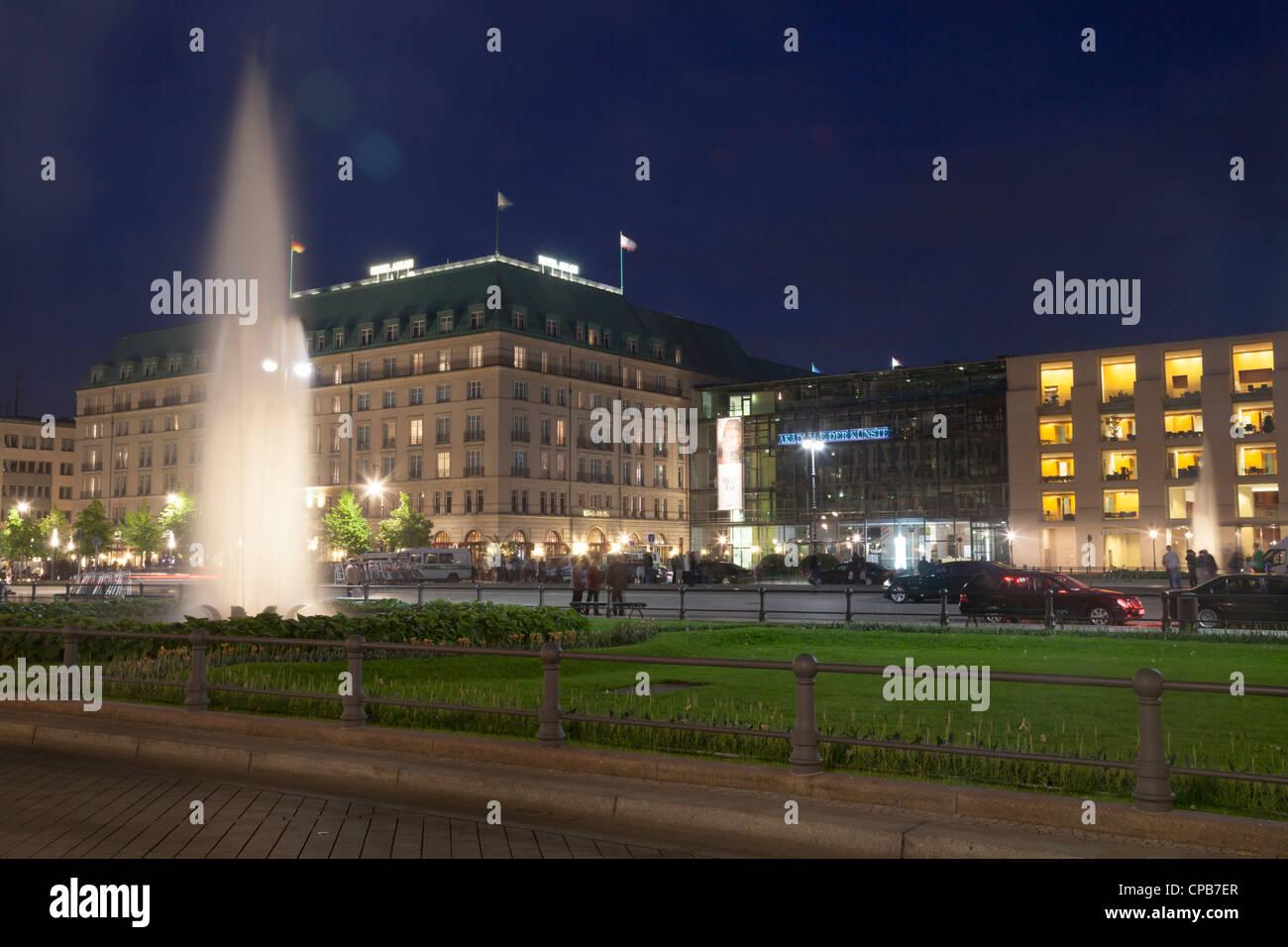 Pariser Platz mit Hotel Adlon und Akademie der Kuenste, Berlin, Deutschland Stockfoto
