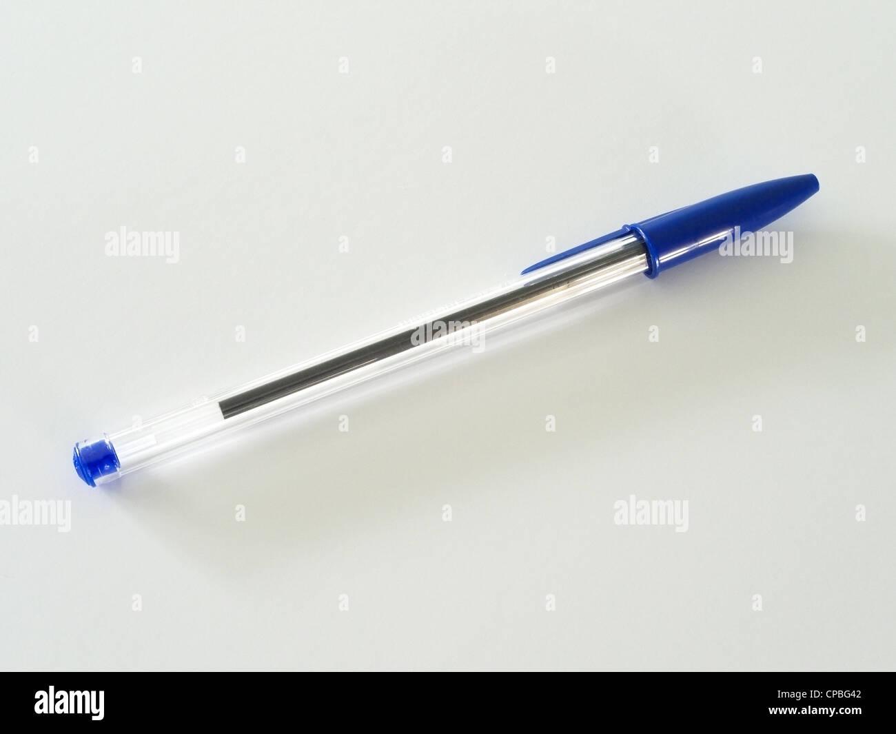 Eine blaue Crystal Bic Kugelschreiber auf weißem Hintergrund Stockbild