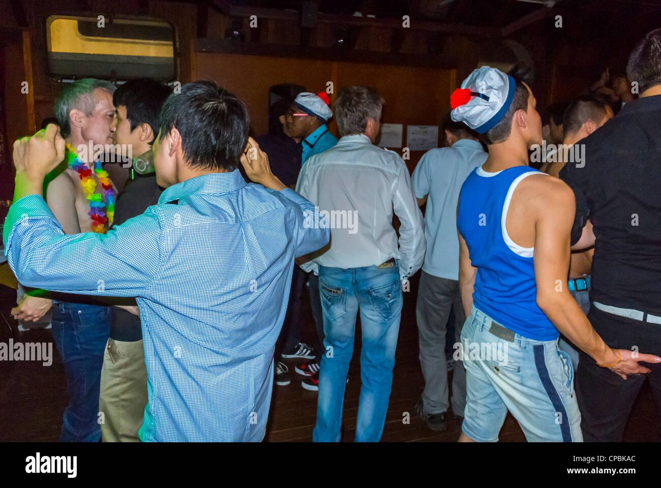 Paris, Frankreich, Franzosen, asiatische Gay Association Geburtstagsparty am Boot (lange Yang Club), Gruppentänze Stockfoto