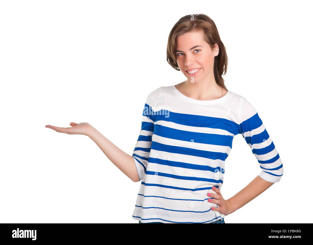 Junge Frau mit ihrer Hand ausgestreckt, als ob sie ein Produkt präsentiert Stockbild