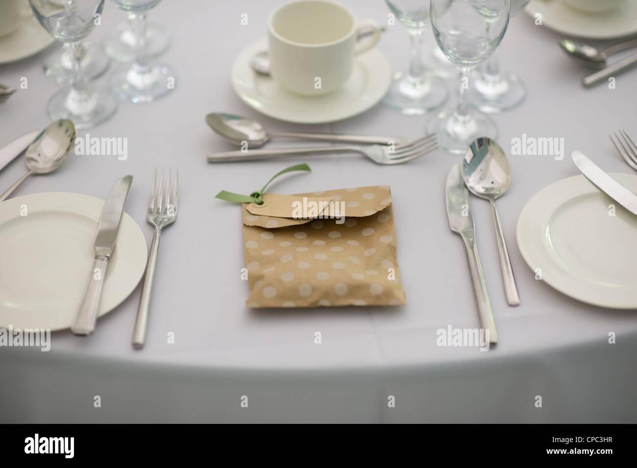 Gedeck bei einer Hochzeit mit einem Gunsten oder zugunsten Stockbild