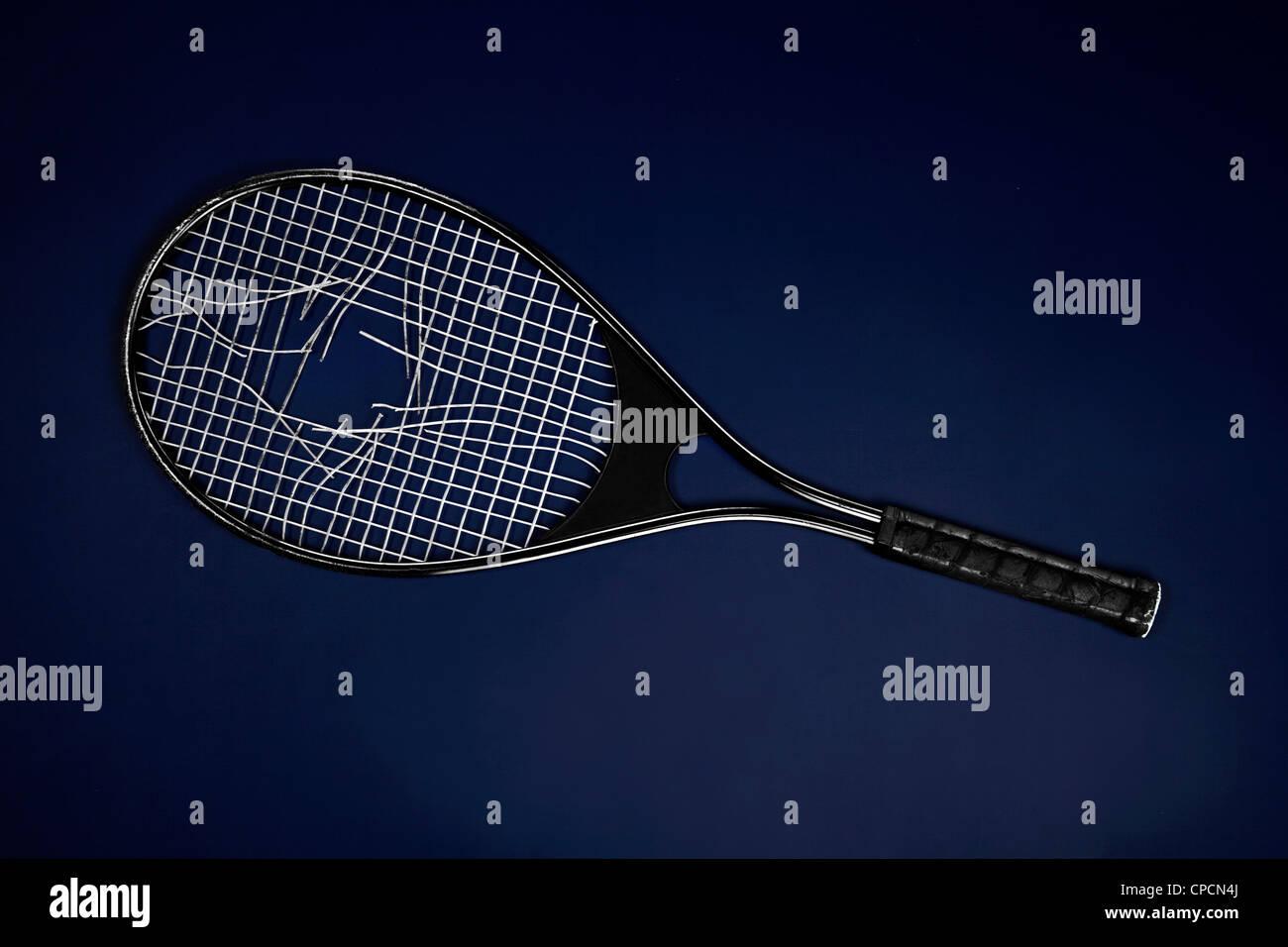 Nahaufnahme eines gebrochenen Tennisschläger Stockbild
