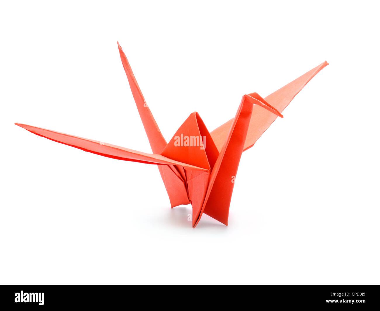 Traditionelle japanische Origami-Kranich, hergestellt aus rotem Papier auf weißem Hintergrund Stockbild
