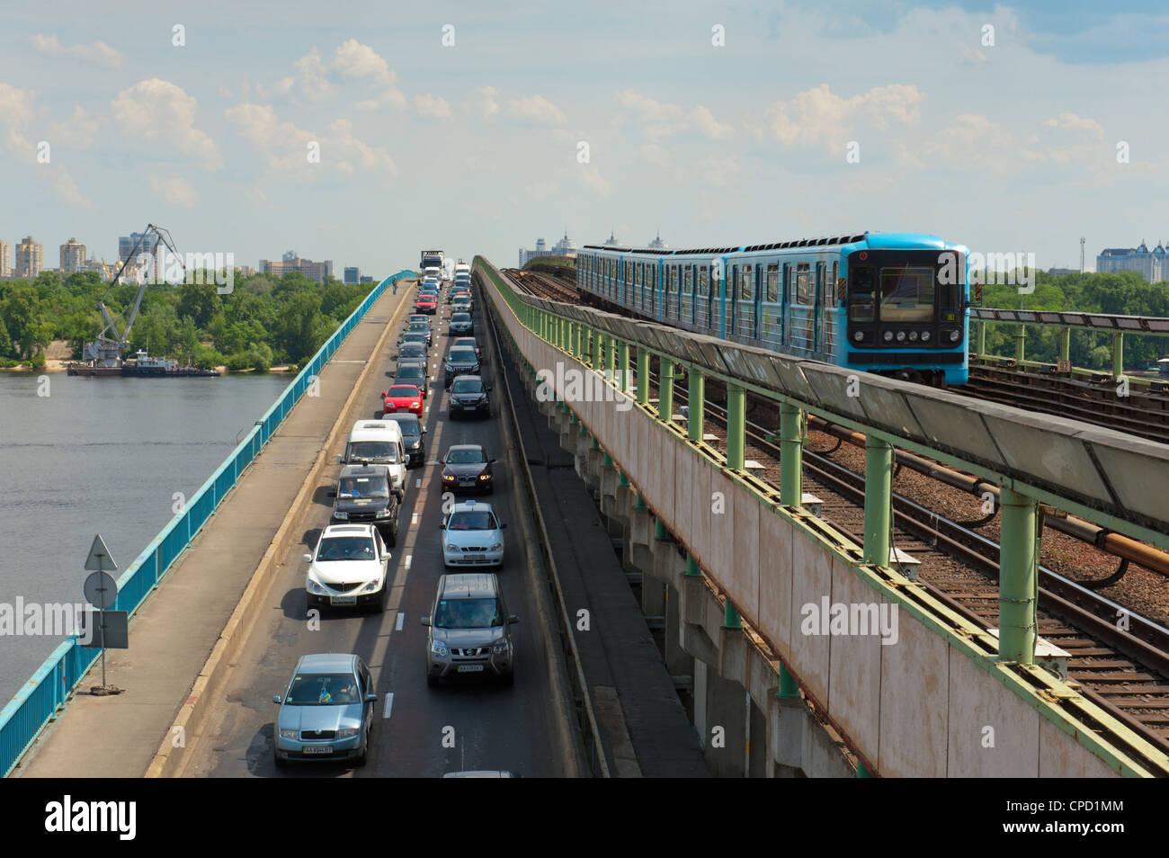 Verkehr auf der U-Bahn-Brücke, Nebel Metro über den Dnjepr, Kiew, Ukraine, Europa Stockbild