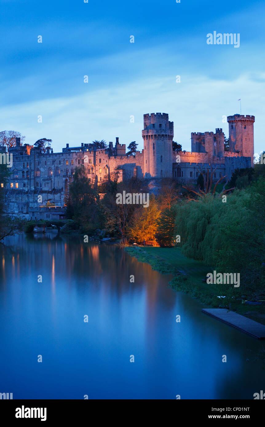 Warwick Castle mit Flutlicht in der Abenddämmerung. Warwickshire. England. VEREINIGTES KÖNIGREICH. Stockbild