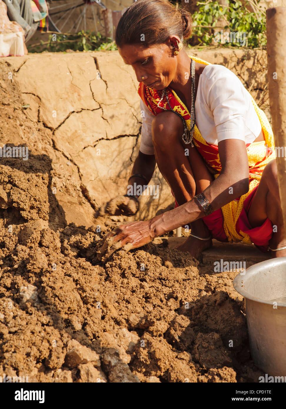 Frau macht Lehmziegeln bauen eine Mauer, Vadodara, Gujarat, Indien, Asien Stockbild