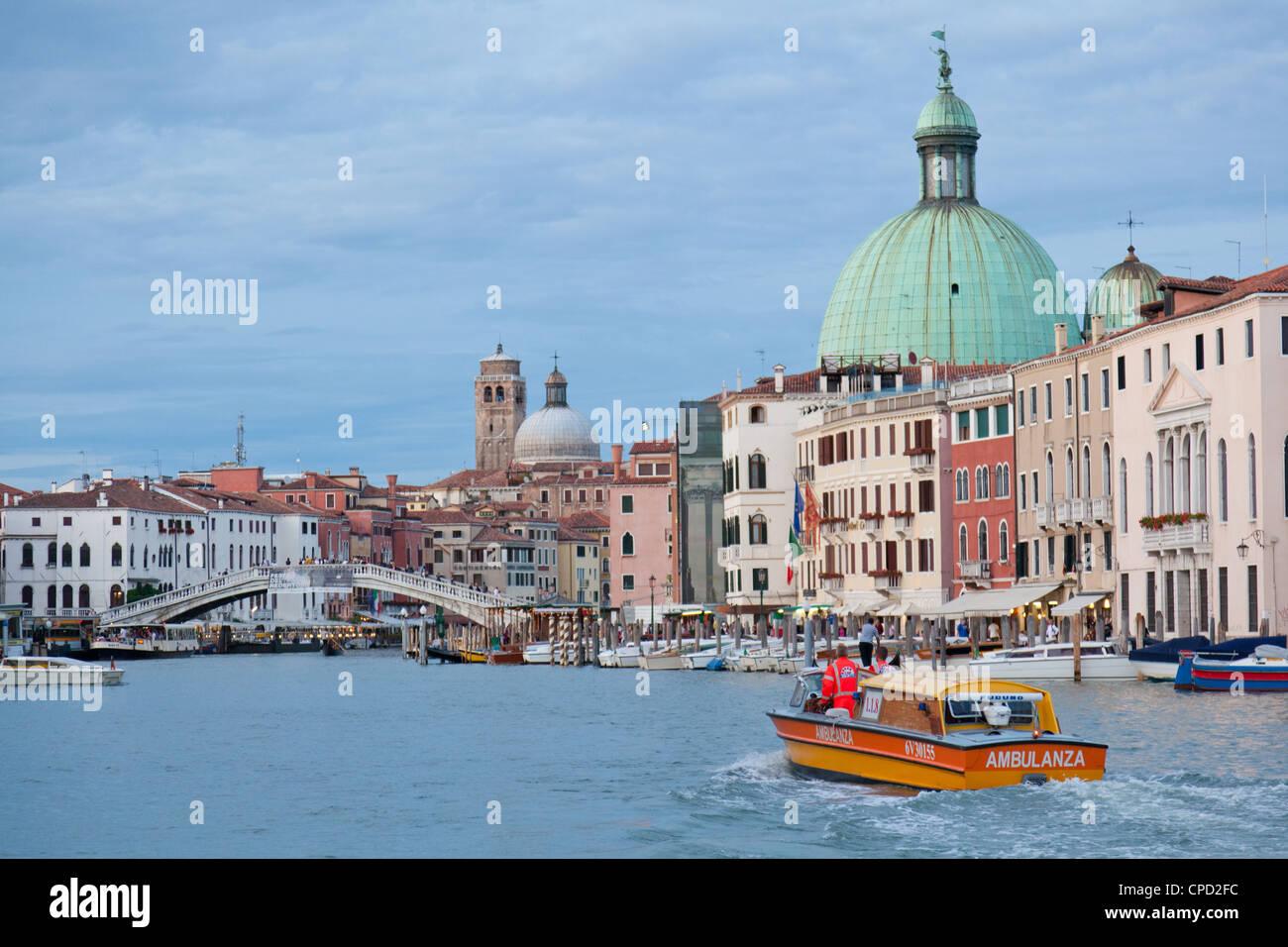 Blick auf den Canal Grande vor dem Bahnhof von einem öffentlichen Wasserbus, Venedig, Veneto, Italien, Europa Stockbild