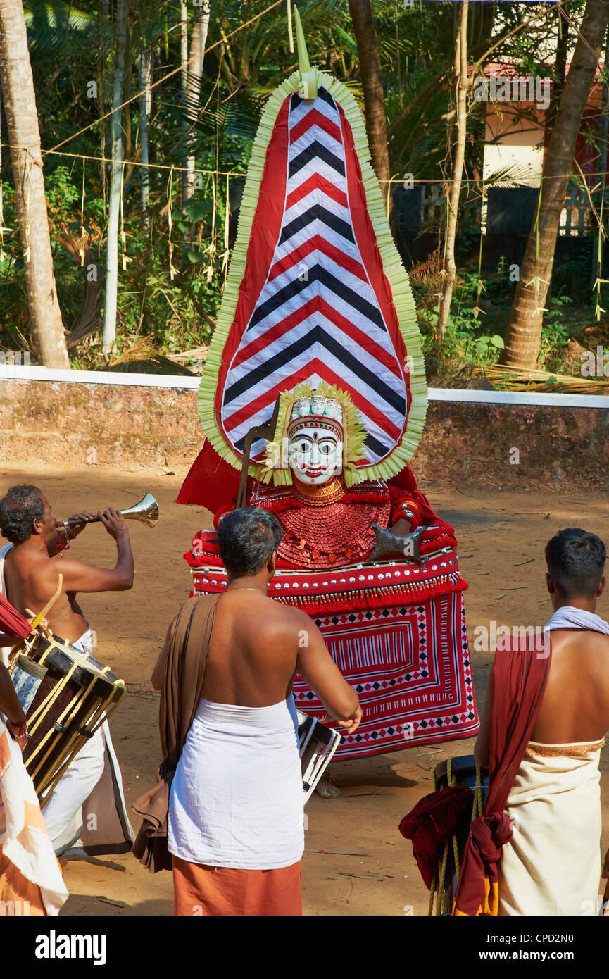 Darstellung des Hindu-Gottes Teyyam Zeremonie, in der Nähe von Kannur, Kerala, Indien, Asien Stockfoto