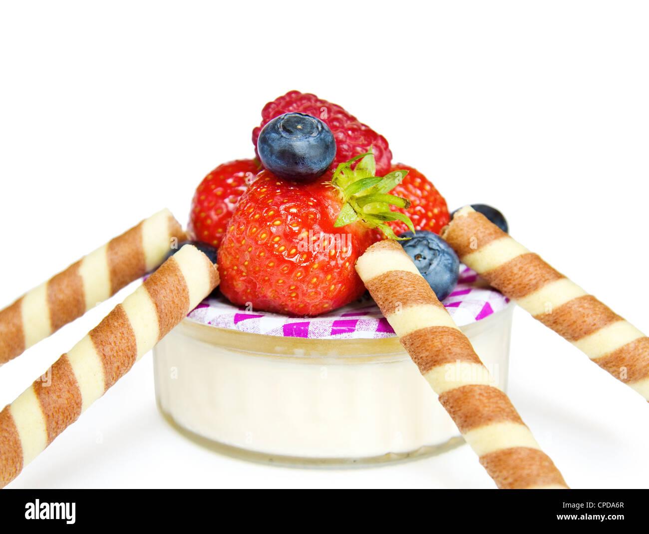 gesunde desserts mit joghurt und erdbeeren isoliert auf wei em hintergrund stockfoto bild. Black Bedroom Furniture Sets. Home Design Ideas