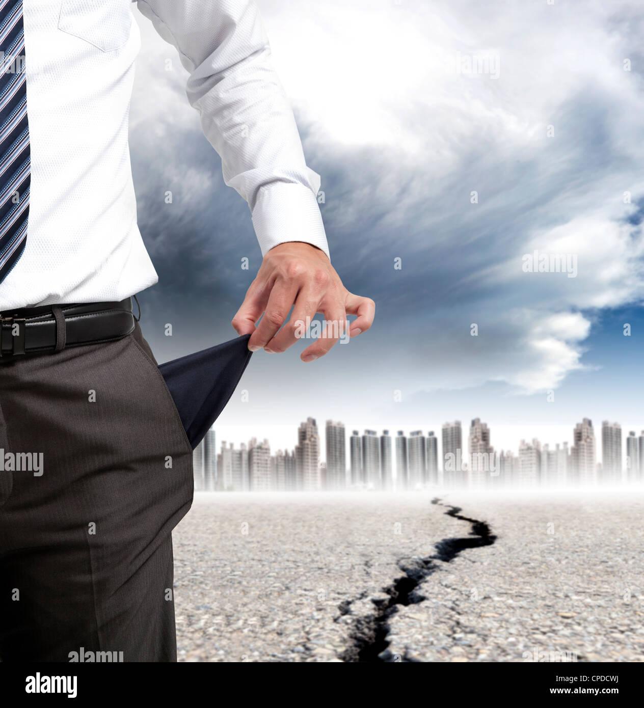 Business-Mann zeigt seine leeren Taschen und Finanzkrise Konzept Stockbild