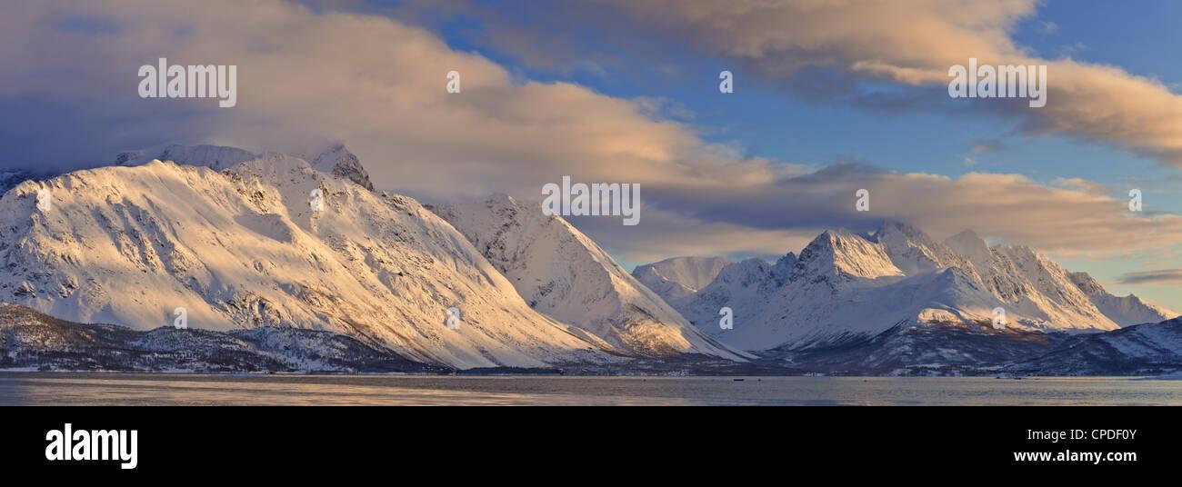 Blick über Ullsfjord, in Richtung der südlichen Lyngen Alpen, Troms, Norwegen, Skandinavien, Europa Stockbild