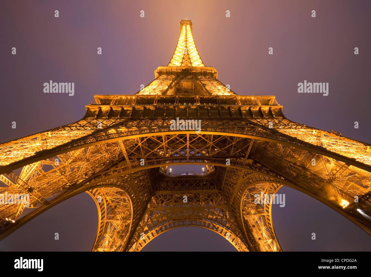 Weiten Blick auf den Eiffelturm bei Nacht, Paris, Frankreich, Europa Stockbild
