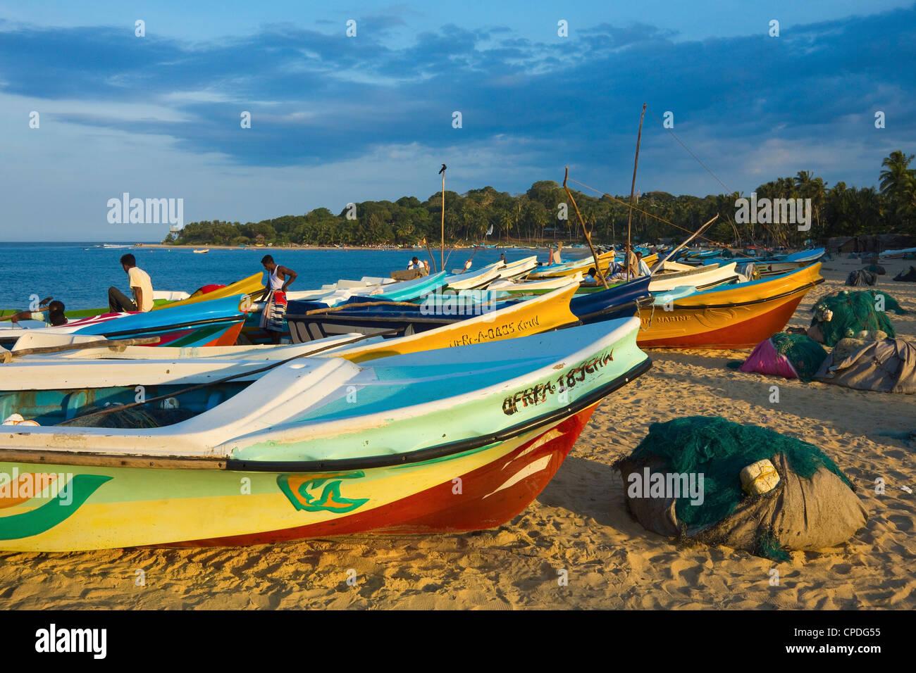 Neuere Post 2004 Tsunami ausländische gespendet Angelboote/Fischerboote auf dieser beliebten Surfstrand, Arugam Stockbild