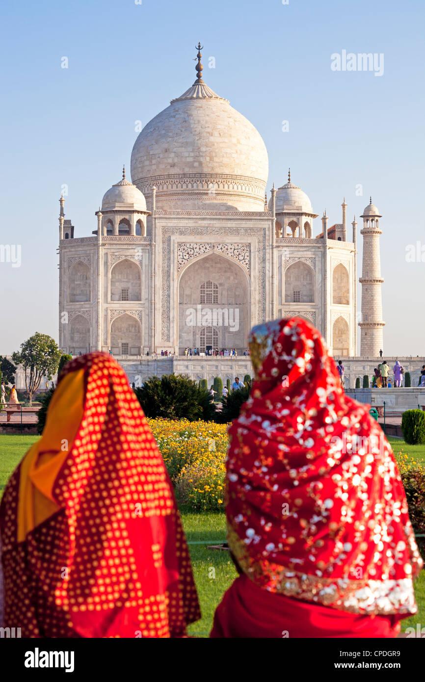 Geben Sie Frauen in bunten Saris am Taj Mahal, UNESCO World Heritage Site, Agra, Uttar Pradesh, Indien, Asien Stockbild
