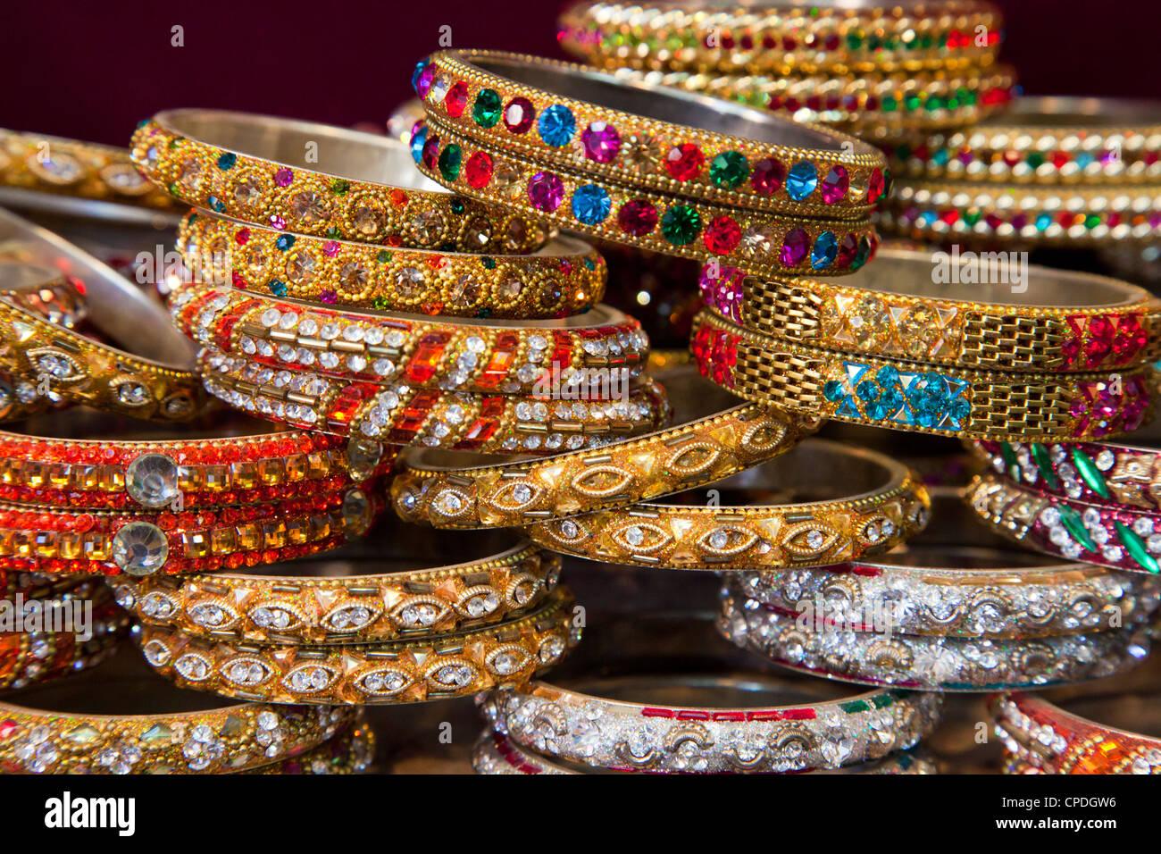 Bunte Armreife für Verkauf in einem Geschäft in Jaipur, Rajasthan, Indien, Asien Stockbild