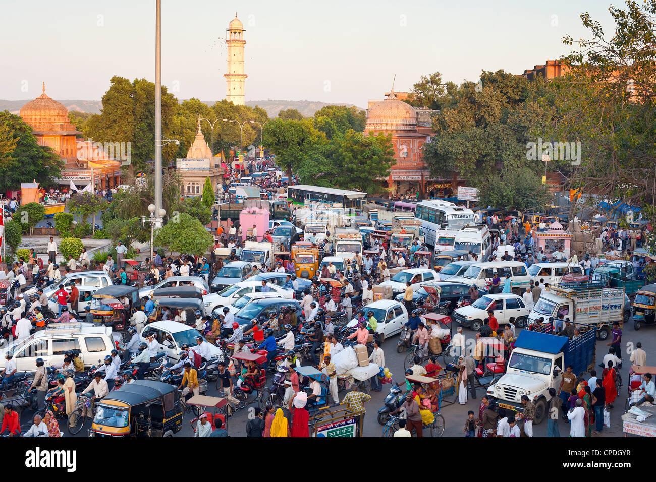 Verkehr Ansammlung und Straße leben in der Stadt Jaipur, Rajasthan, Indien, Asien Stockbild