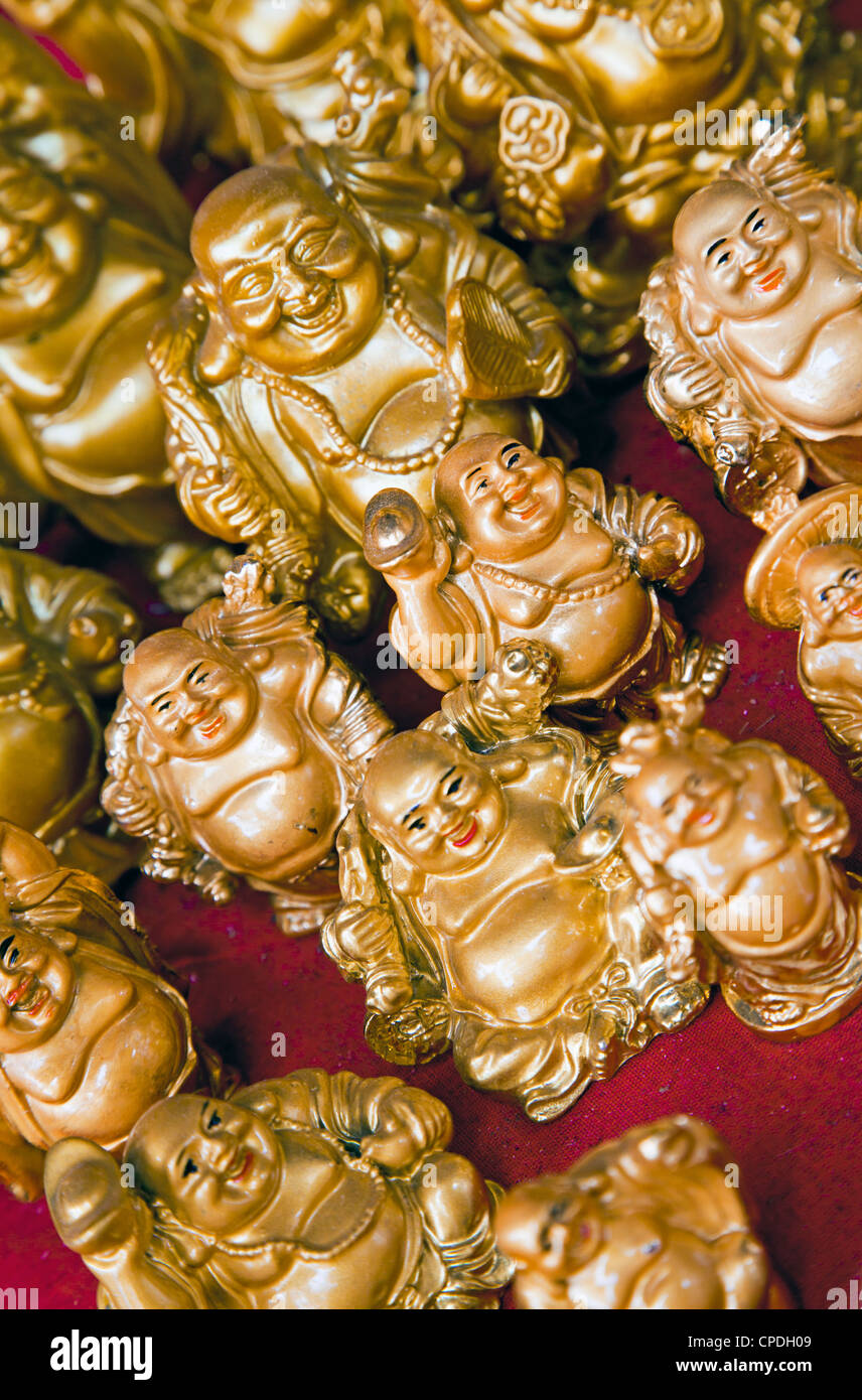 Mini Buddhafiguren für den Verkauf in einem Geschäft in Mumbai, Indien, Asien Stockbild