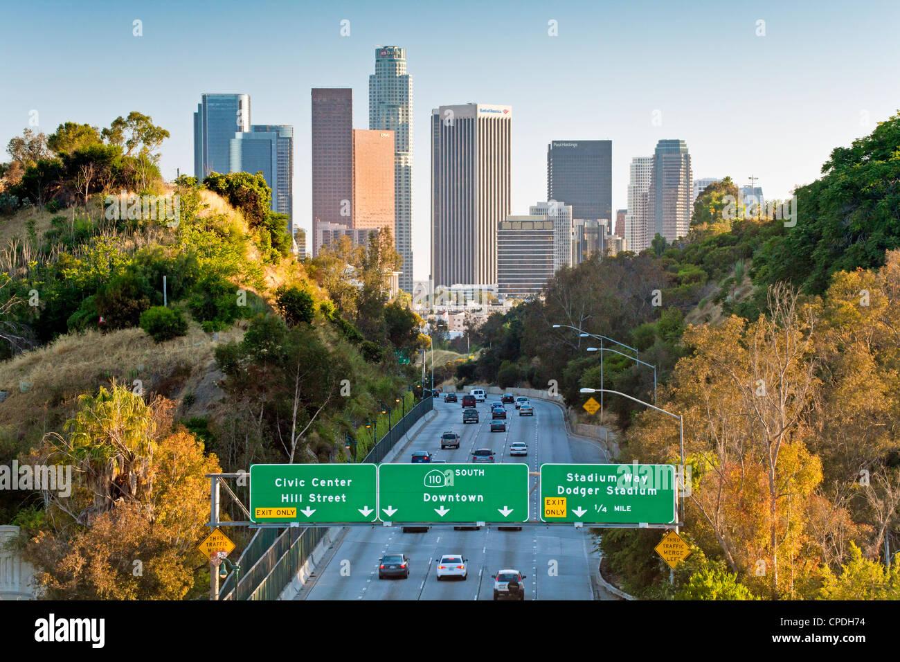 Pasadena Freeway (ca Highway 110) führt bis in die Innenstadt von Los Angeles, Kalifornien, Vereinigte Staaten Stockbild