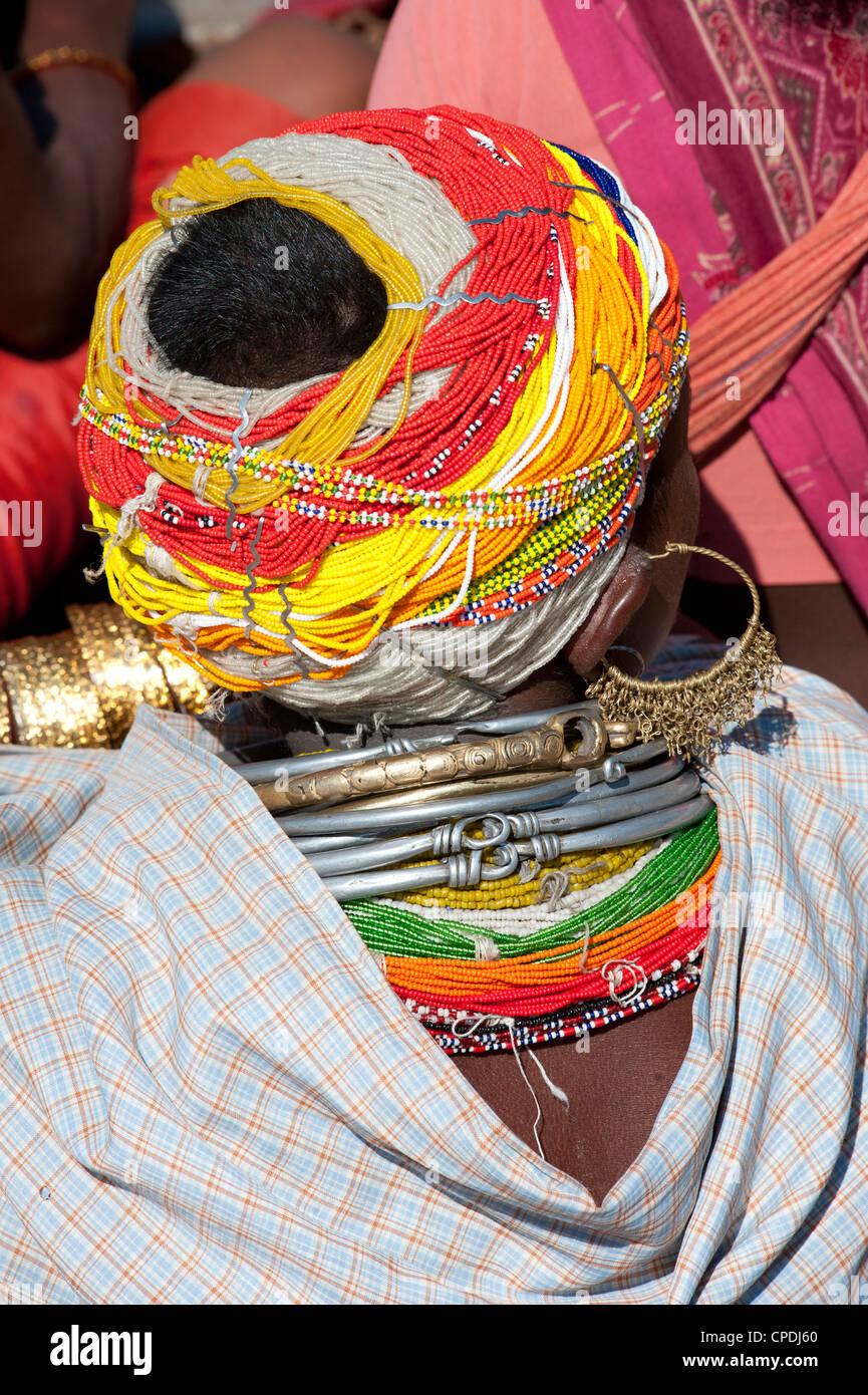 Leiter der Bonda Tribeswoman tragen traditionelle Perlen Kappe, Rayagader, Orissa, Indien Stockbild