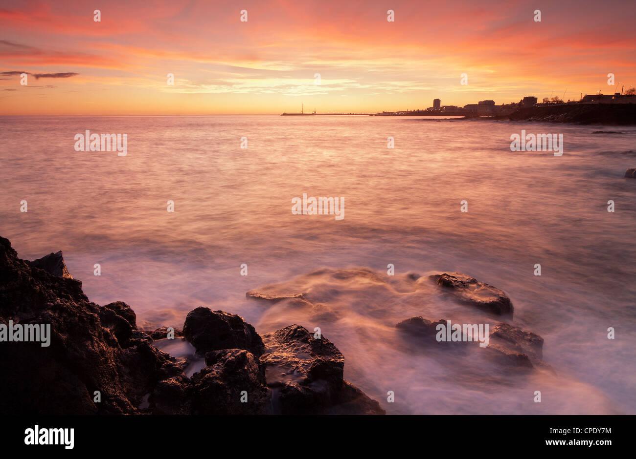 Landschaft / Wasserlandschaft während des Sonnenuntergangs auf Stadt Ponta Delgada auf den Azoren. Stockbild