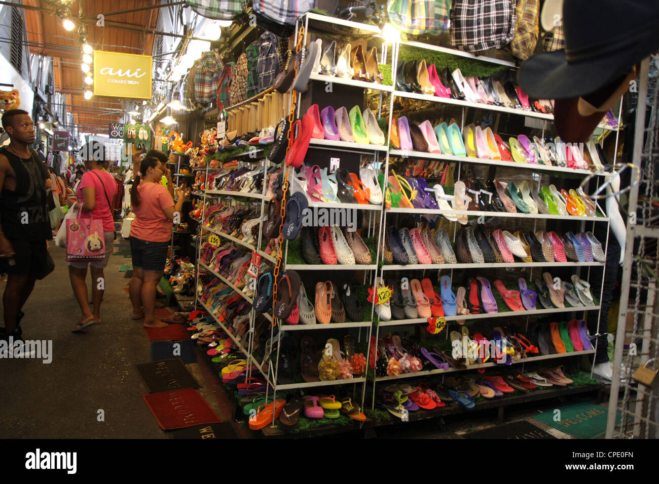 shoe shopping shop market stockfotos shoe shopping shop market bilder alamy. Black Bedroom Furniture Sets. Home Design Ideas