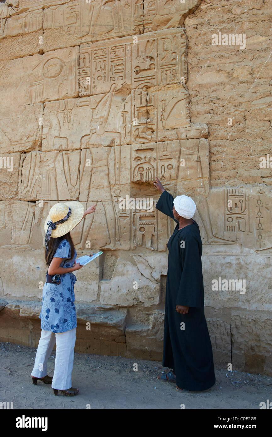 Tourist, Tempel von Luxor, Theben, UNESCO World Heritage Site, Ägypten, Nordafrika, Afrika Stockbild