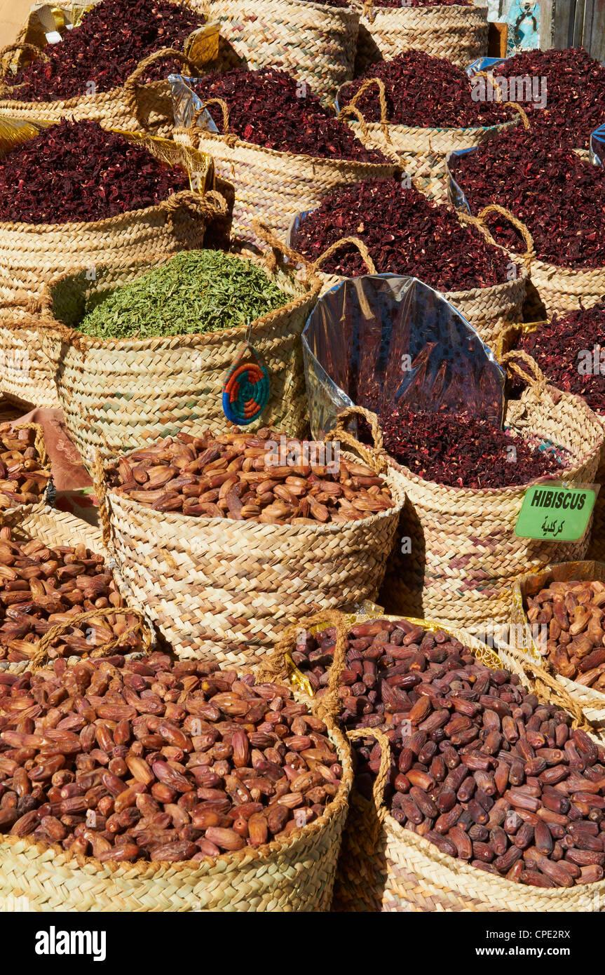 Gewürze und Termine für den Verkauf auf dem Markt oder Souk von Assuan, Ägypten, Nordafrika, Afrika Stockbild