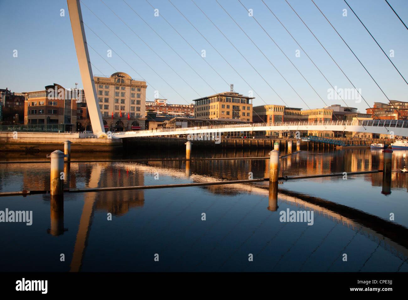 Gateshead Millennium Bridge zwischen Newcastle und Gateshead, Tyne and Wear, England, Vereinigtes Königreich, Stockbild