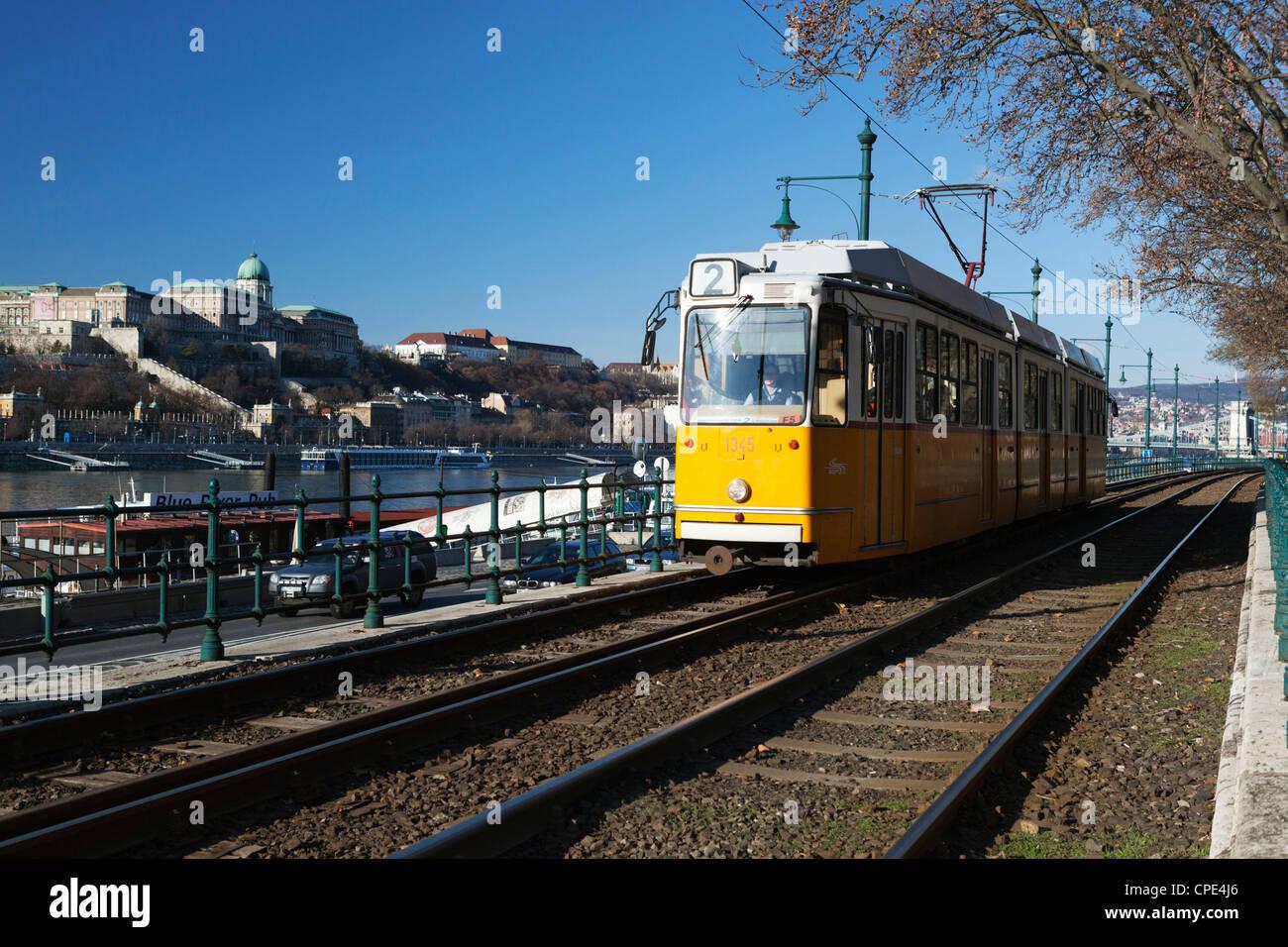 Straßenbahn entlang der Donau, Pest, Budapest, Ungarn, Europa Stockbild
