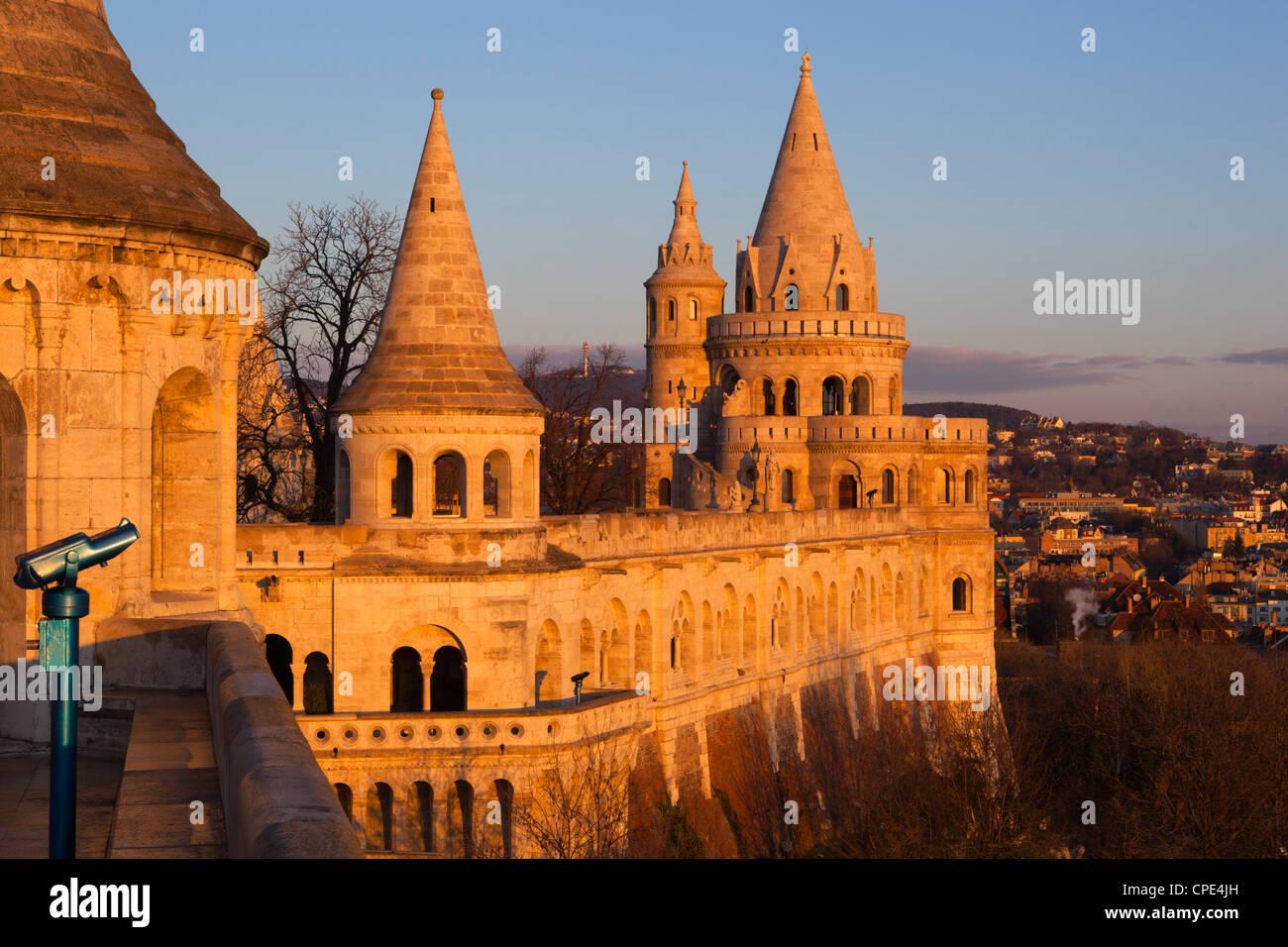 Türme der Fischerbastei (Halaszbastya) bei Dämmerung, Buda, Budapest, Ungarn, Europa Stockbild