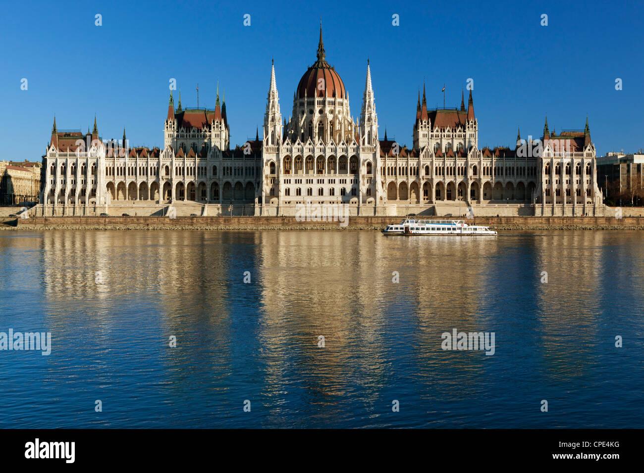 Das Parlament (Orszaghaz) über Donau bei Sonnenuntergang, UNESCO-Weltkulturerbe, Budapest, Ungarn, Europa Stockbild